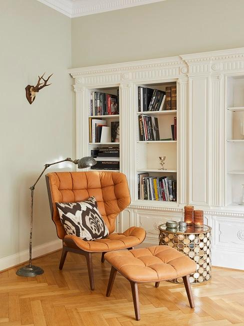 Wohnzimmerecke von Tamara Gräfin von Nayhauß mit einem gemütlichen Sessel und passendem Fußhocker neben einem Beistelltisch als Chill-Ecke