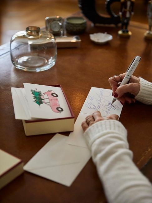 Tamara Gräfin von Nayhauß an ihrem Holz-Schreibtisch beim Weihnachtskarten Schreiben