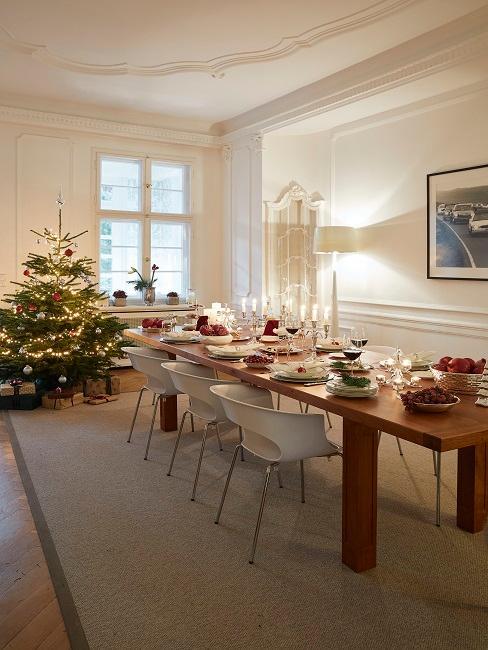 Die gedeckte Weihnachtstafel von Tamara Gräfin von Nayhauß mit Weihnachtsbaum im Hintergrund