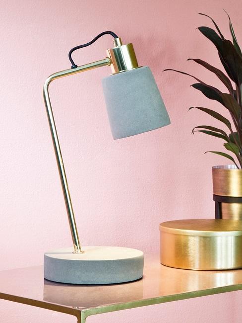 Kleine Tischlampe vor einer rosa Wand
