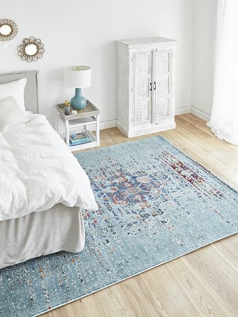 Boho Schlafzimmer mit blauem Teppich