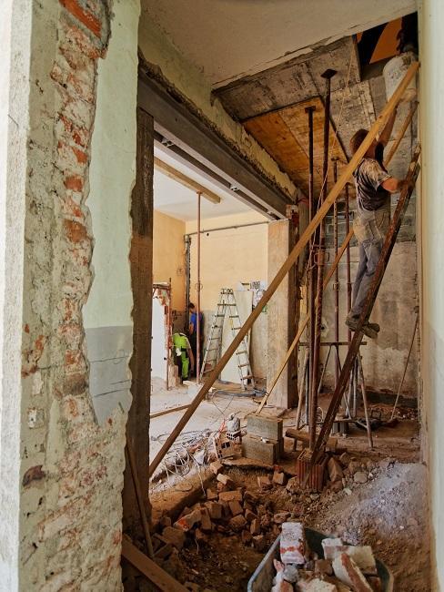 Handwerker beim Renovieren und Wanddurchbruch.