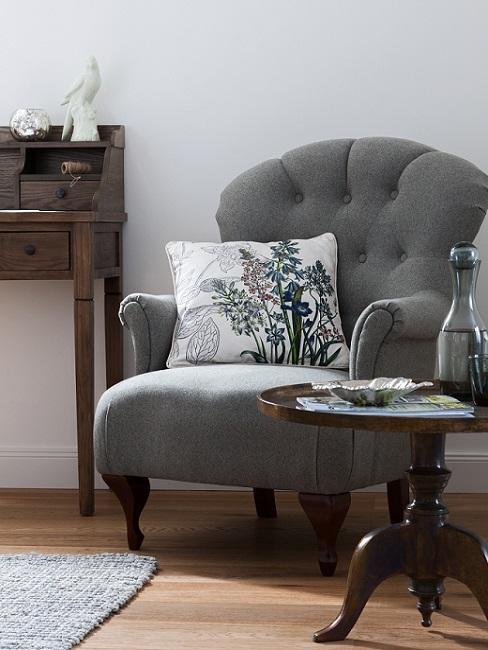 Landhausstil Sessel in grau neben Konsole und Beistelltisch aus dunklem Holz