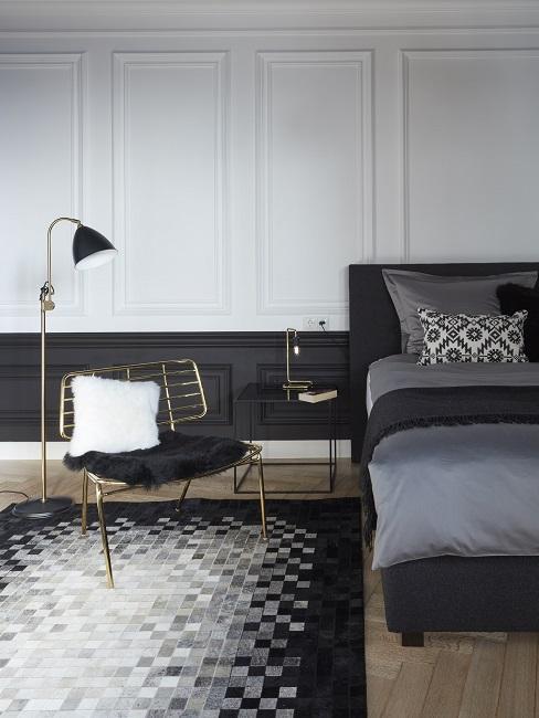 Luxus Schlafzimmer in Schwarz-Weiß mit einer Stehleuchte und einer Tischleuchte seitlich vom Bett