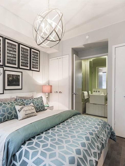Luxus Schlafzimmer mit großem Bett, Wanddeko und einer anliegenden Bad