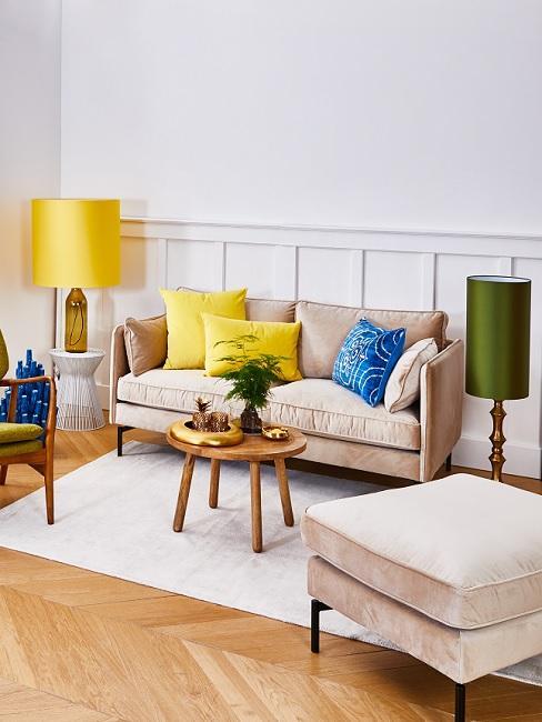 Wohnzimmer im Retro Stil in gedeckten Farben mit gelben Details