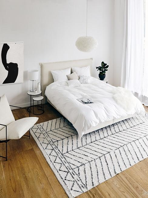 Modernes Schlafzimmer in Weiß mit grafischem Teppich