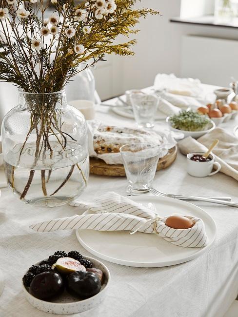 Gedeckter Tisch mit Osterei in einer Serviette