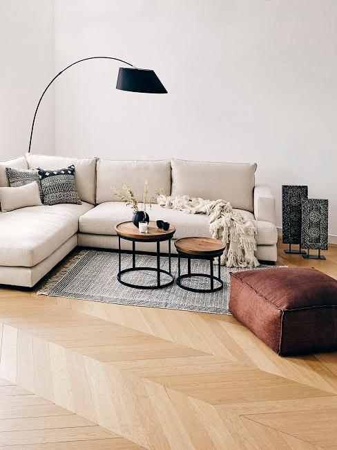 Boho Wohnzimmer mit schwarzer Bogenlampe