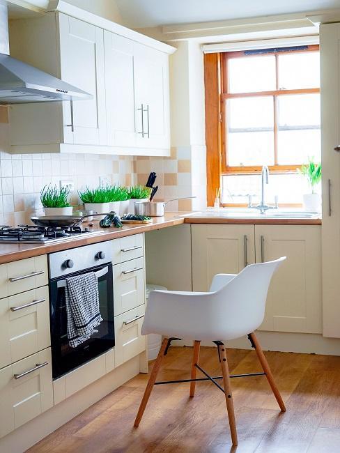 Vintage Küche in Vanille mit weißem Sessel