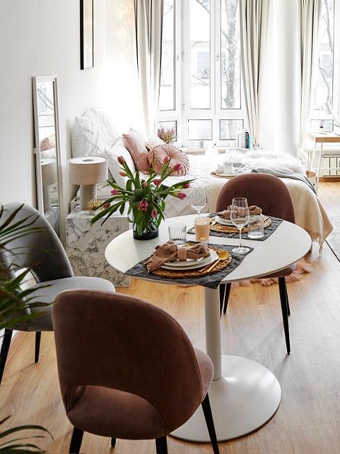 Essbereich in 1-Zimmer-Wohnung mit rundem Tisch und Stühlen