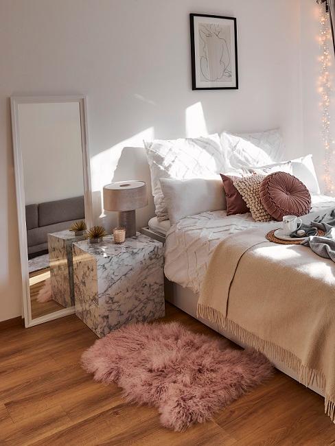 Bett, Marmortisch, Spiegel, rosa Lammfell in 1-Zimmer-Wohnung