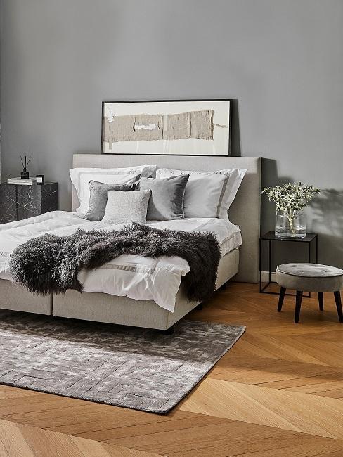 Graues Schlafzimmer mit grauer Wand