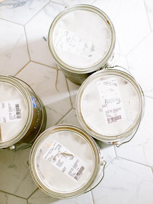 Weiße Wandfarben auf einem weißen Boden