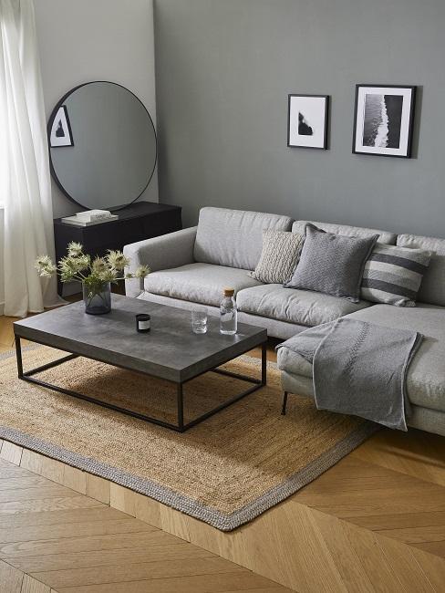 Graue Wandfarbe im Wohnzimmer kombinieren mit hellgrauem Sofa, Juteteppich und Marmortisch