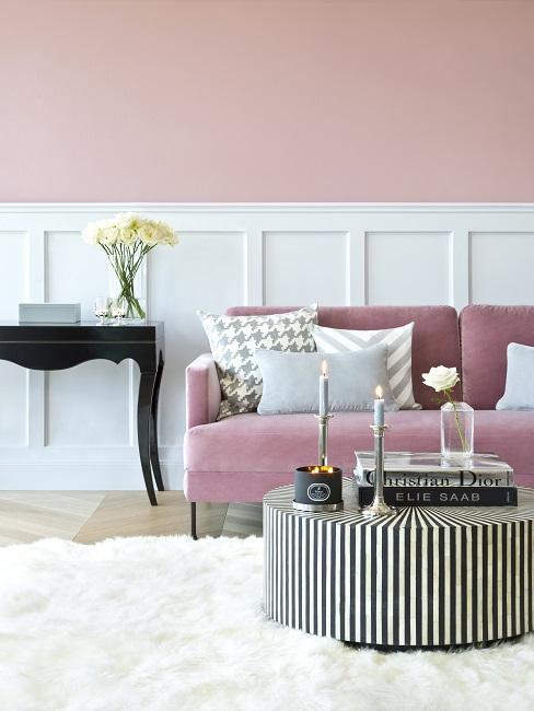 Wandfarbe Rosa kombiniert mit Weiß im Wohnzimmer mit rosa Couch, schwarz-weißem Tisch und weißem Teppich