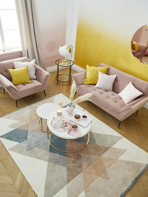 Wandfarbe Rosa mit Gelb im Wohnzimmer kombinieren mit rosa Sofa und Sessel und geometrischem Teppich