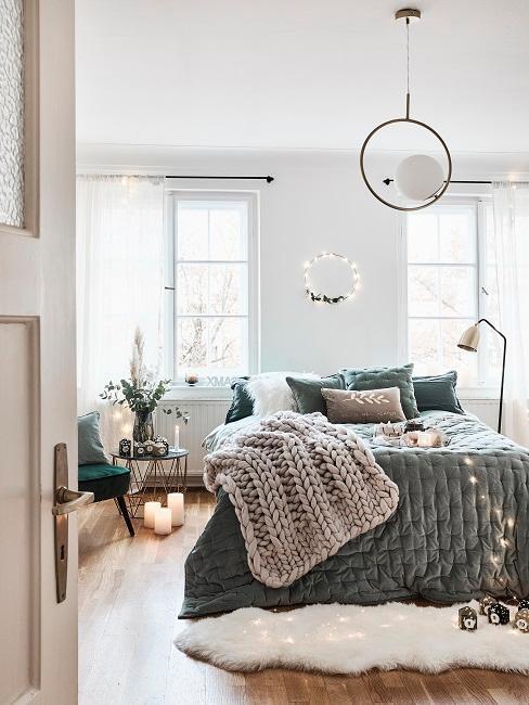 Schönes Schlafzimmer mit Decke auf Bett