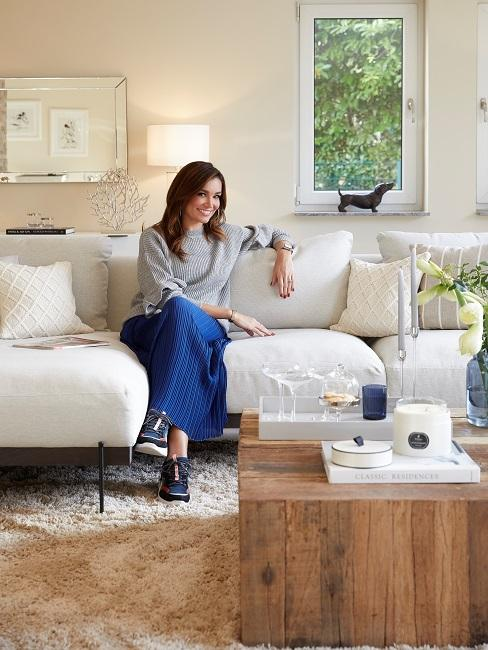 Jana Ina Zarrella auf Sofa im Wohnzimmer