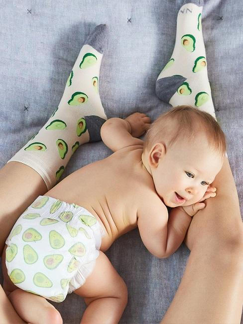 Baby mit Avocado-Windel und Mutter mit Avocado-Socken