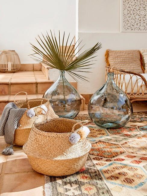 Körbe und Glasvasen als Sommerdeko im Garten