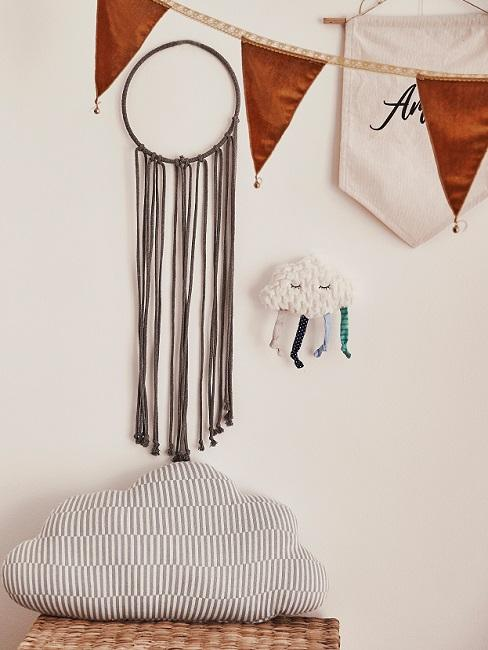 Wanddeko im Babyzimmer mit Wolken, Traumfänger und Girlanden