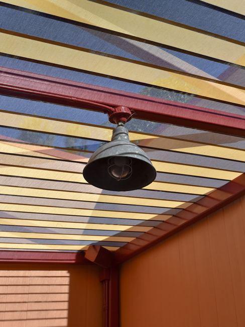 Lámpara colgante en techo pintado de colores
