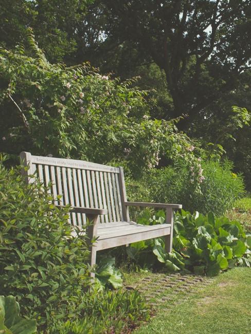 banco de madera en jardín