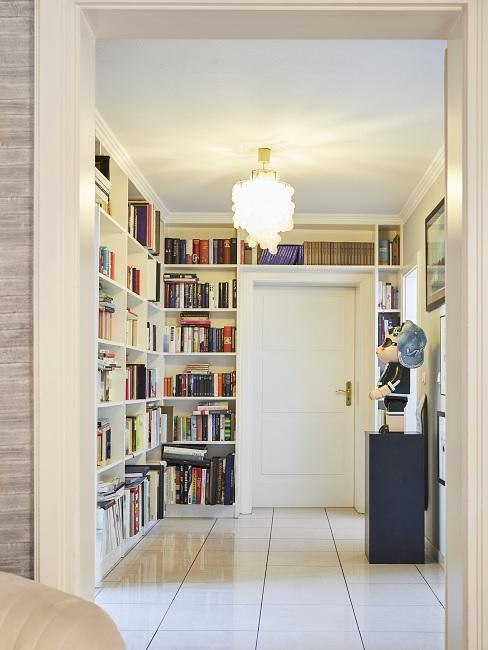 ampia libreria nell'ingresso in colori chiari