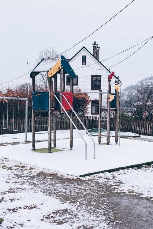 Drewniany plac zabaw podczas zimy