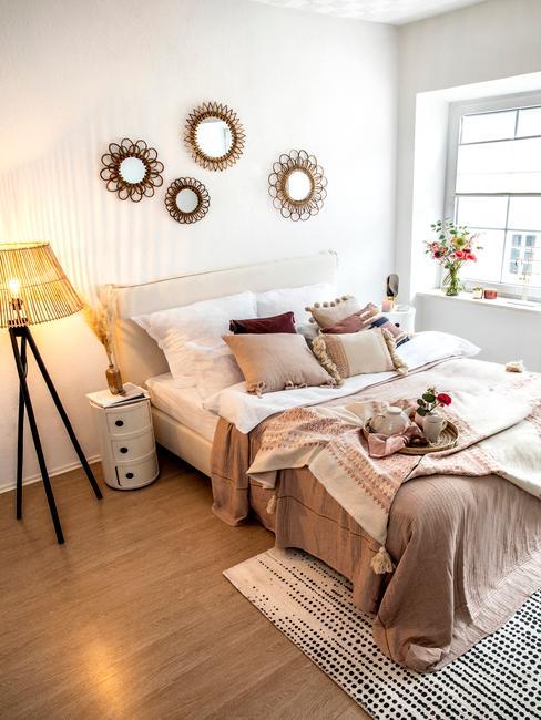 Łóżko w sypialni w stylu boho