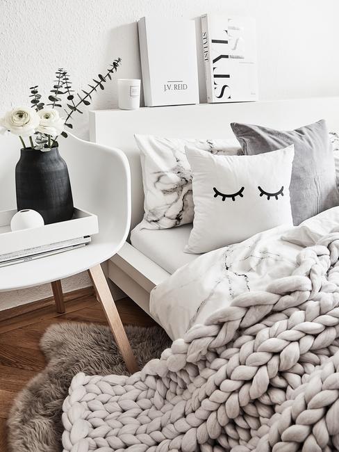 Łóżko z zagłówkiem w jasnej sypialni boho