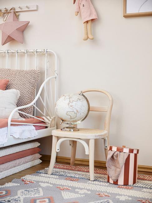 Pokój dziecięcy z łózkiem i dekoracyjnym globusem