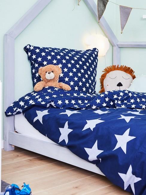Łóżko z zagłówkiem w chłopięcej sypialni