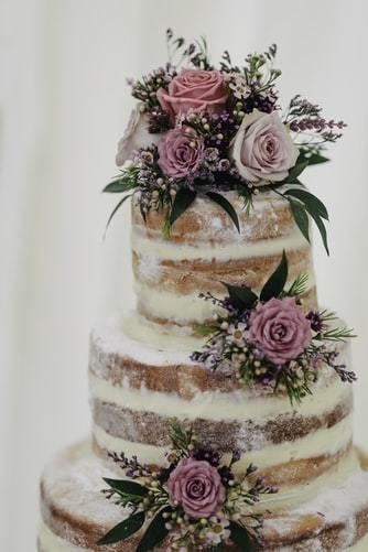 Tort weselny w stylu naked cake z kwiatami