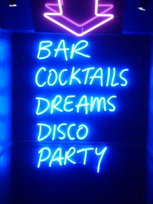 """Leuchtschrift in einer Discothek """"Bar Cocktails Dreams Disco Party"""""""