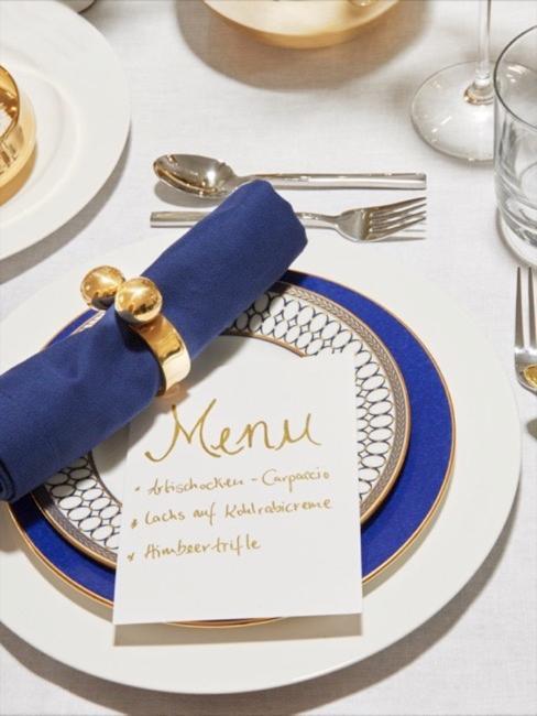 Table dressée, assiette plate en bleu cobalt, serviette de la même couleur