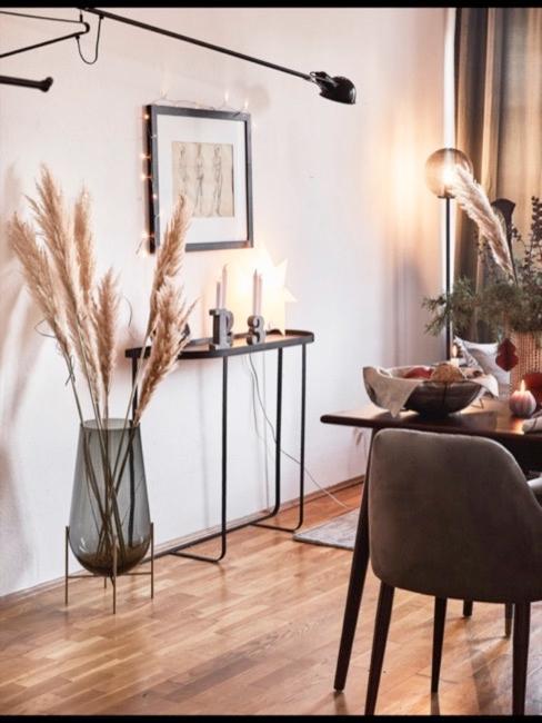 Pampasgras in einer Vase auf dem Boden in einem modernen Wohnzimmer