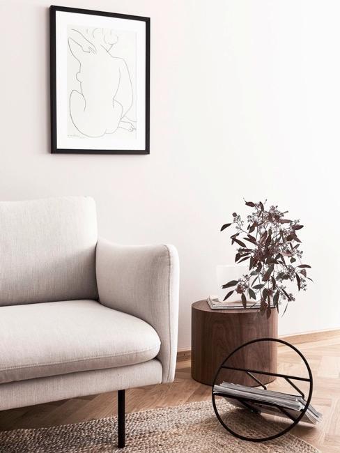 Salon w naturalnych odcieniach z plakatem dekoracyjnym na ścianie