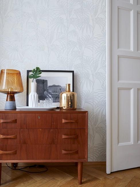 salón con un aparador marrón de madera y con puerta blanca