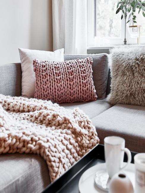 Nahaufnahme Couch mit vielen verschiedenen Kissen