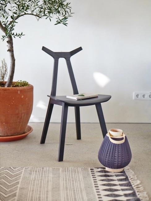 Stuhl, Laterne und Pflanze im Wabi Sabi Stil