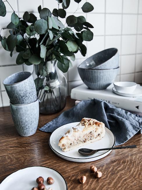Tafelblad met keramiek servies en een taartje