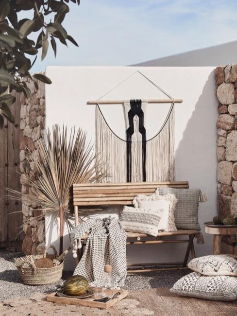 Balcon avec éléments décoratifs naturels et mobilier
