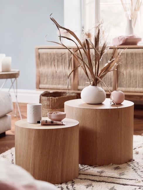Nahaufnahme Couchtisch aus Holz mit Vasen, Schalen und Gräsern