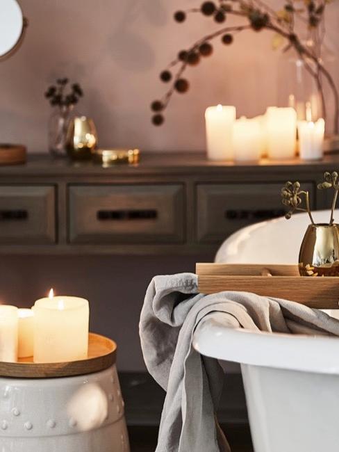 cuarto de baño al estilo SPA, con una bañera blanca y velas