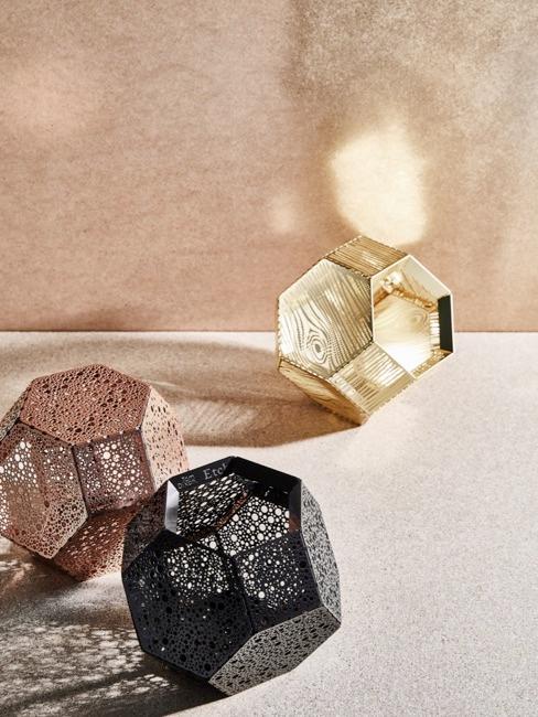 Close-up van Tom Dixon lampen in zwart, brons en goud