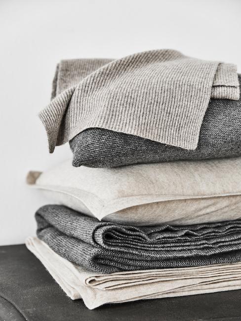 Nahaufnahme mit grauen Cashmere Decken
