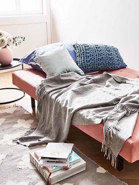 WG Zimmer einrichten pinkes Schlafsofa mit Decke und Kissen