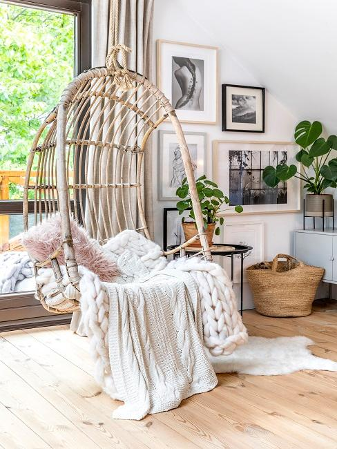 Wohnzimmernische mit Hängestuhl und Bildern an der Wand